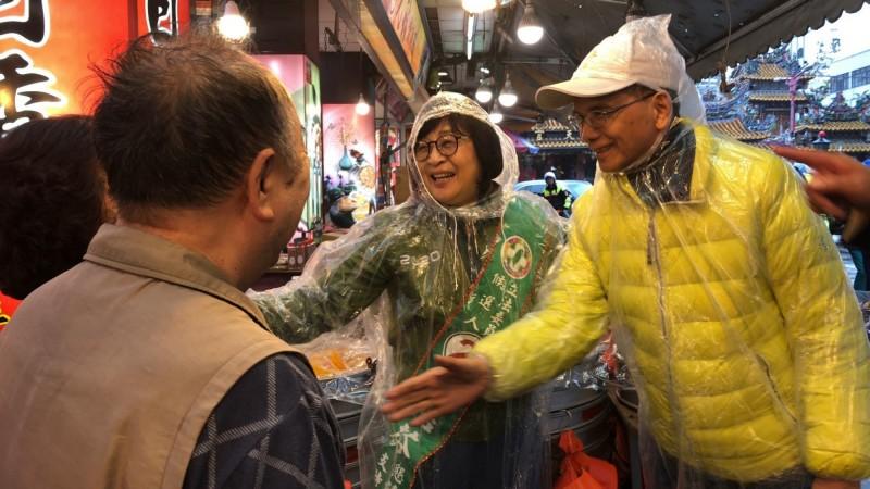 前行政院游錫堃再到雲林,穿著雨衣在雨中陪立委候選人蘇治芬拜票懇託。(蘇治芬競選總部提供)
