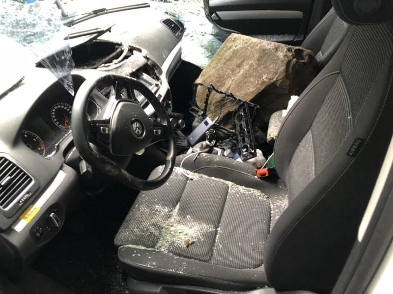 籃球大的落石砸車!台北來的遊客開車要去天祥遊玩,卻在長春隧道附近被落石砸中,駕駛及副駕駛都有受傷,幸虧沒有生命危險。(警方提供)
