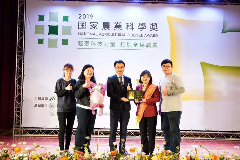 屏科大森林系教授陳美惠與社區林業研究團隊獲頒「2019國家農業科學獎」最優團隊。(屏東科技大學提供)