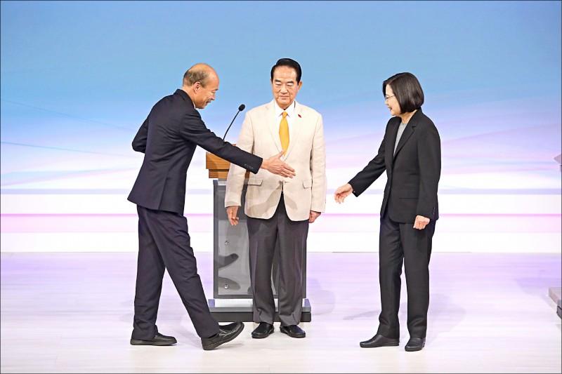 2020總統大選唯一一場辯論會昨在公視登場,尋求連任的蔡英文總統(右起)、親民黨總統候選人宋楚瑜及國民黨總統候選人韓國瑜砲火四射。(台北市攝影記者聯誼會提供)