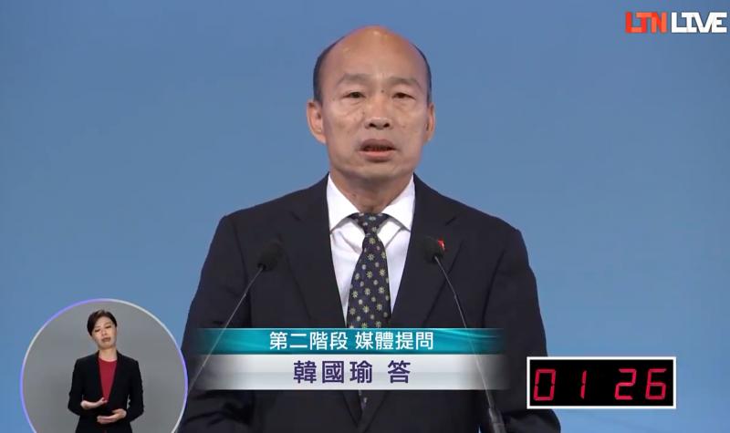 韓國瑜(見圖)29日在辯論會上左批《蘋果日報》、《三立電視台》對他造謠抹黑,右打《中央通訊社》把「台灣狹窄化,用意識形態把自己綁起來」,引起外界熱議。(圖擷取自本報直播)