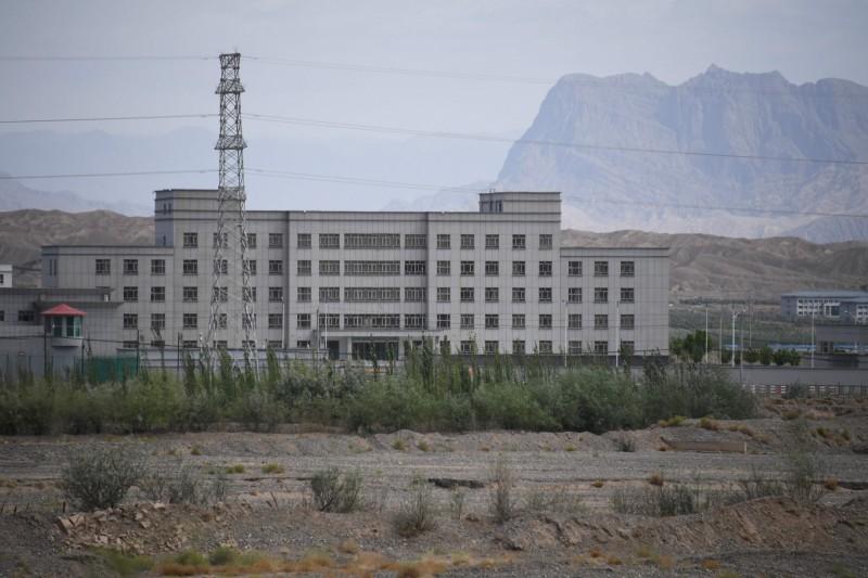 日前,有外國媒體爆料新疆再教育營的中國政府內部文件,當中一名協助曝光的維族揭露者決定公開身分。圖為新疆阿圖什市的建築物,據信是其中一處再教育營。(法新社)