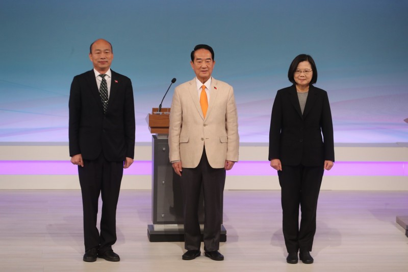 謝志偉指出,對於台灣2020年總統大選,有些德國人比台灣人還緊張。圖為三位總統候選人蔡英文(右起)、宋楚瑜、韓國瑜29日參加唯一一場電視辯論會。(中央社)