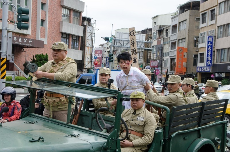 演出團隊重演當年湯德章遊街示眾的過程,從士兵服裝到軍用卡車等細節都十分考究。(馬克吐溫國際影像製作公司提供)