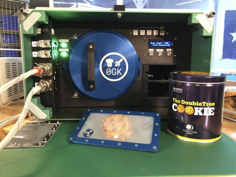 國際太空站(ISS)的太空人近日趁著耶誕節,首次使用「太空烤箱」(Space Oven)成功製作出餅乾,不過只能「看」,還不能「吃」,因為目前「太空餅乾」仍在實驗階段,成品需送回地球化驗、進行分析研究;若未來實驗成功,將讓太空的飲食變得更多元、更便利。(美聯社)