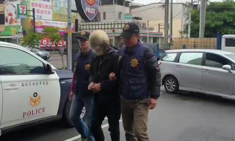 嘉義市警方逮捕陳嫌。(記者林宜樟翻攝)