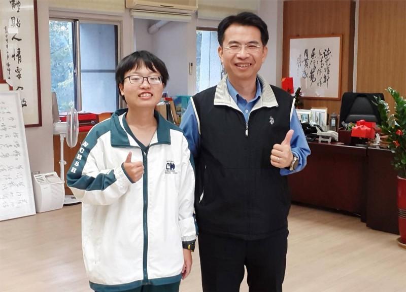 中興高中校長陳江海(右)向錄取成大清大及台大的周昕儀(左)恭賀。(中興高中提供)