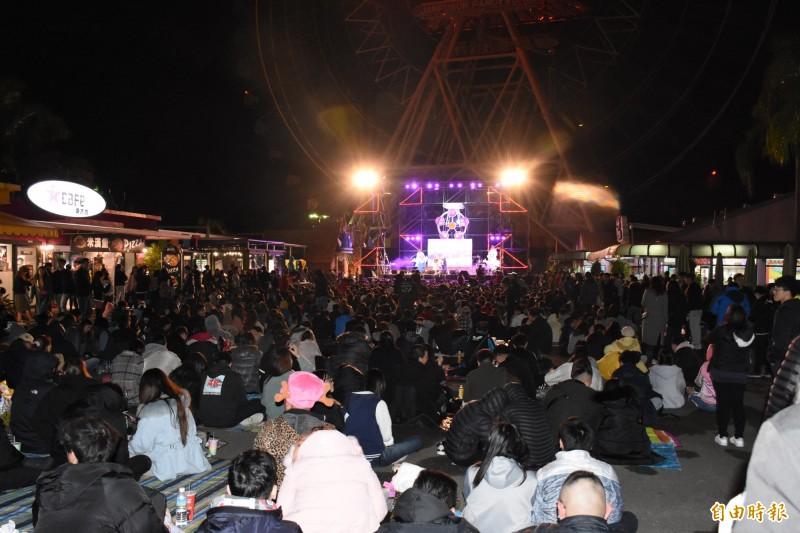 上萬民眾齊聚劍湖山世界等待迎接2020年到來。(記者林國賢攝)