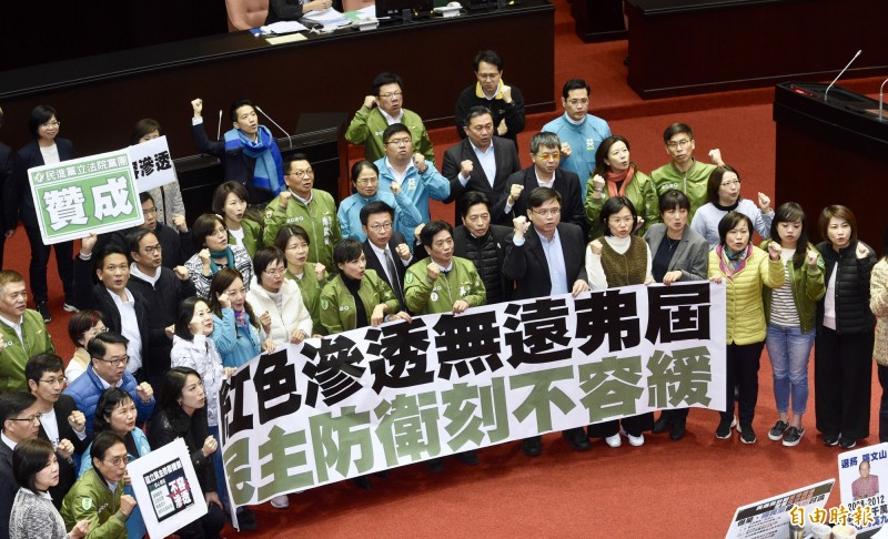 立法院31日三讀通過「反滲透法」,民進黨立委在議場內高呼口號慶賀。(記者羅沛德攝)
