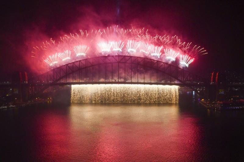 澳洲迎接新年,雪梨施放10萬發煙火。(法新社)