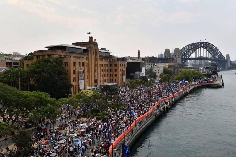 數萬人在雪梨歌劇院與港灣大橋附近卡位,等候邁入新年的10萬發煙火。(路透)