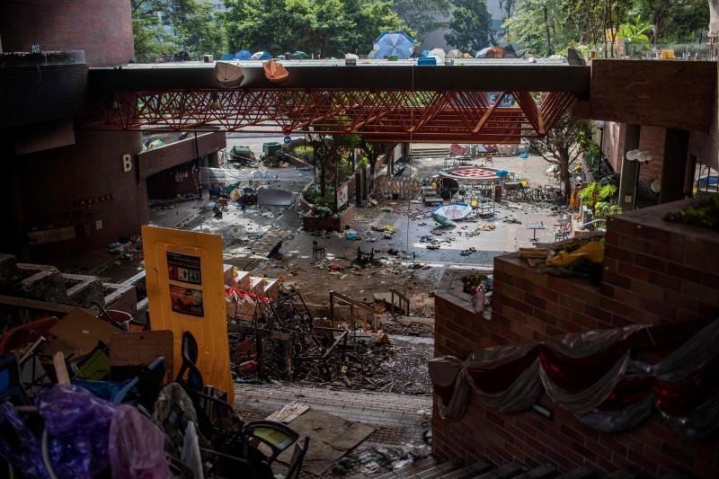 香港警方11月曾團團包圍在香港理工大學校園的反送中示威者常達16天,圖為當時理大正門滿目瘡痍的景象。(法新社)