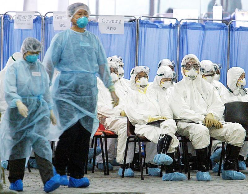 中國武漢市30日緊急發布通知,要求各單位做好「不明原因肺炎」救治工作,引發中國網路熱議可能為非典型肺炎冠狀病毒(SARS)群聚感染。圖為2003年SARS爆發時的香港。(路透資料照)