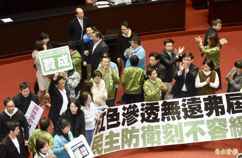 反滲透法三讀通過,民進黨立委於議場內高呼口號慶賀。(記者羅沛德攝)