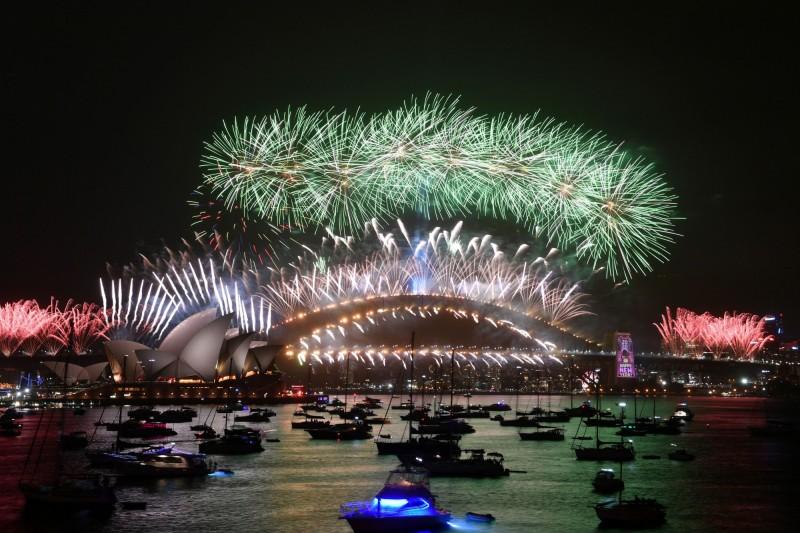 澳洲迎接新年,雪梨施放10萬發煙火。(路透)