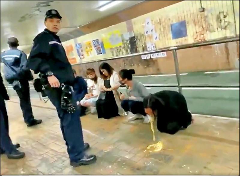 相關影片在網路引發熱議,網友怒罵港警有如黑道。(取自「Demosist 香港眾志」推特)