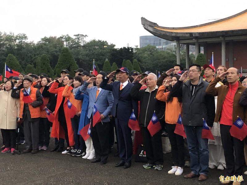 親民黨總統候選人宋楚瑜、鴻海創辦人郭台銘上午到國父紀念館參加升旗典禮,並一起別上橘色領帶。(記者陳昀攝)
