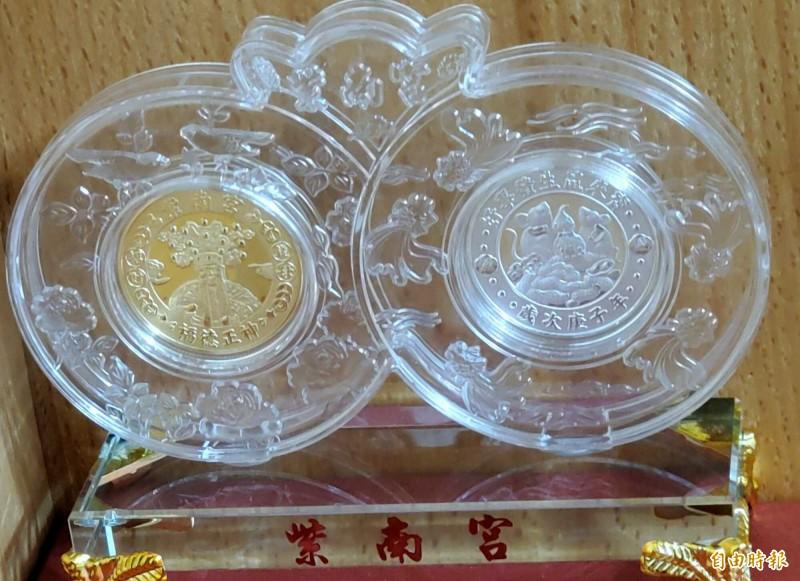 南投縣竹山鎮紫南宮鼠年錢母改採琉璃材質,顯得更精緻及珍藏價值。(記者謝介裕攝)