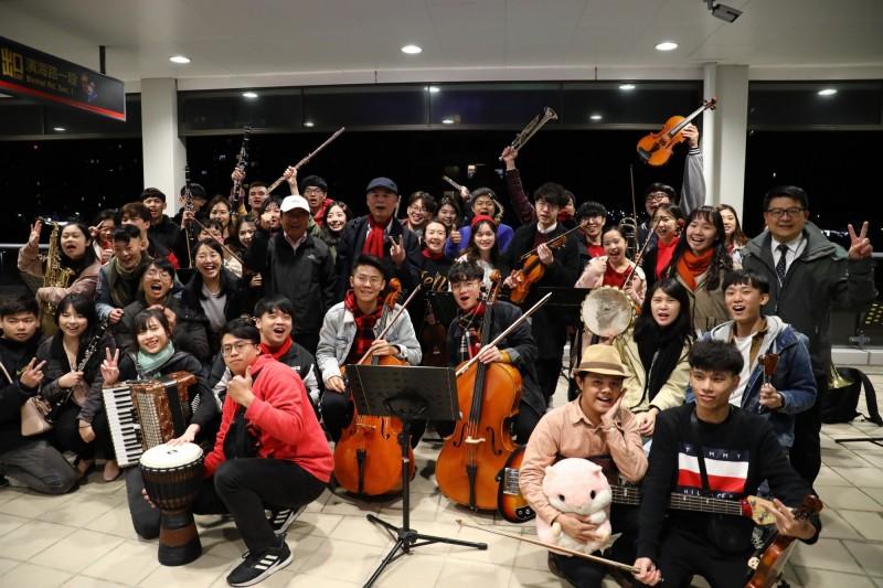 新北大眾捷運公司邀請真理大學音樂應用系36位師生在跨年列車上進行快閃音樂表演。(新北捷運公司提供)