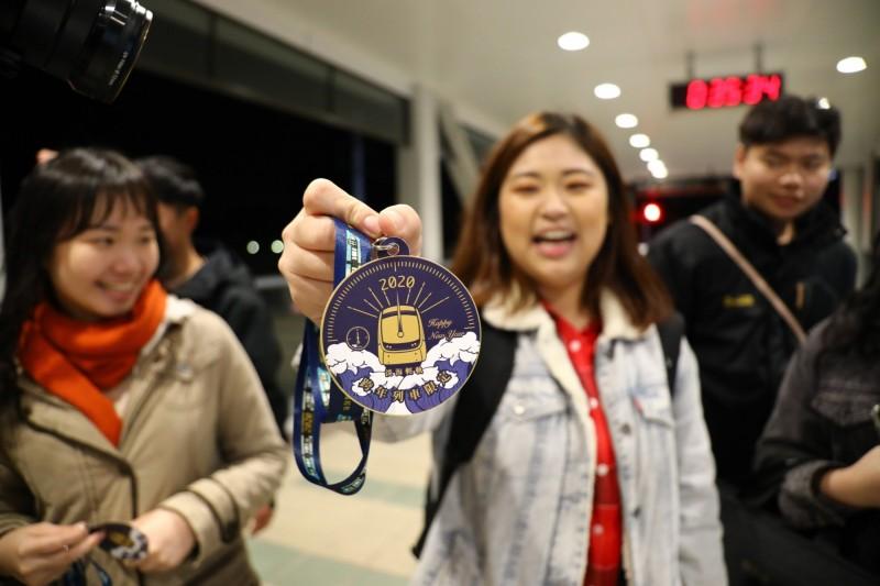 搭上淡海輕軌跨年列車的旅客可獲得限量特製版紀念頸繩。(新北捷運公司提供)