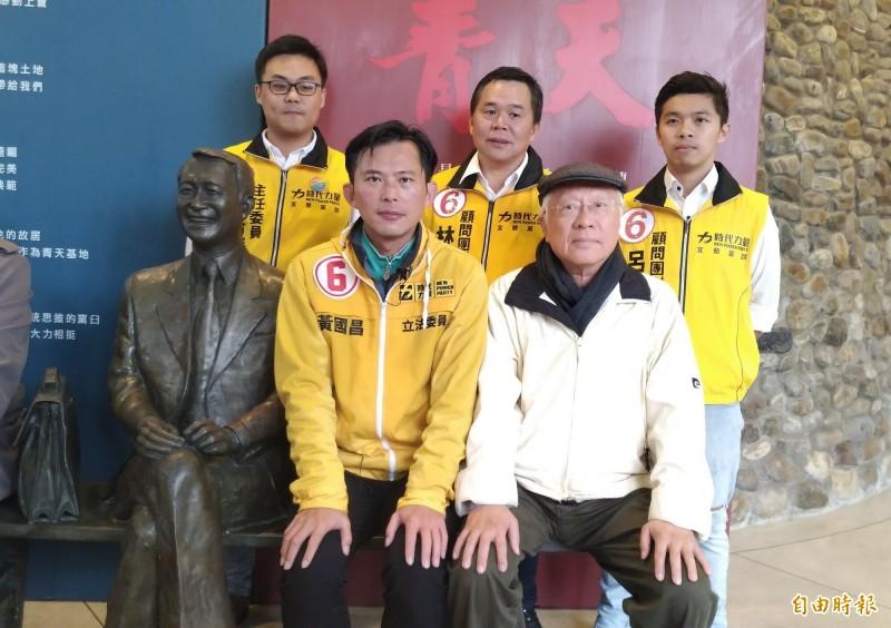 立委黃國昌(中)今天首度參訪陳定南紀念館,與陳定南雕像合影。(記者江志雄攝)