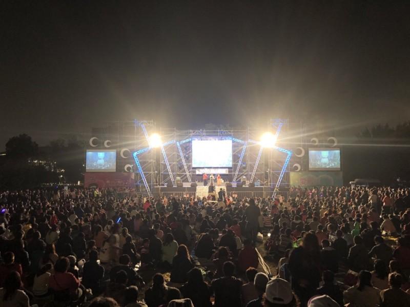衛武營榕園廣場的草地音樂會,吸引上萬位民眾參與。(記者蔡清華翻攝)