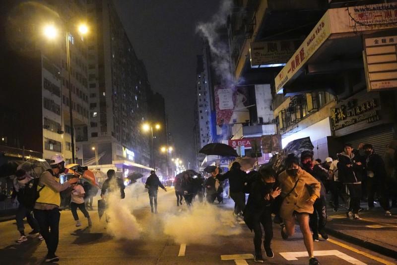 港府稱「沒有示威者直接因為警方行動而死亡,反有多名警員在行動中嚴重受傷」,激起大批香港網友群情激憤。(美聯社)