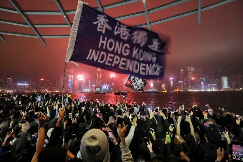 香港反送中運動持續近7個月,網友在全港跨年夜發起「除夕之路」活動,示威者與警察對峙到深夜,警方在2020年1月1日0時7分,在旺角彌敦道近登打士街,發射今年第一發催淚彈。(歐新社)