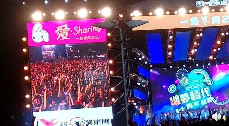 現場民眾發現,台下群眾對韓噓聲不斷,高喊「下台」,還有人比出「倒讚」、「中指」。(民眾提供)