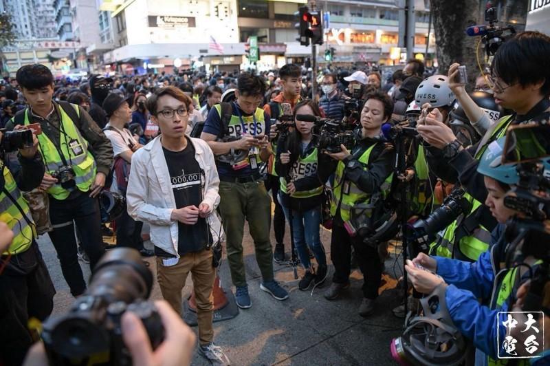 警方指稱遊行現場有違法行為,強制要求民陣即刻解散遊行。對此,民陣發言人(白衣)無奈向參與遊行的市民致歉。(圖截取自臉書_中大校園電台 CUHK Campus Radio)