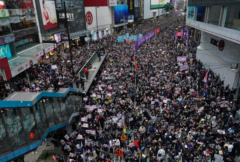 民間人權陣線(民陣)指出今日的元旦大遊行「毋忘承諾 並肩同行」有至少103萬人參與。現場遊行群眾絡繹不絕。(美聯社)