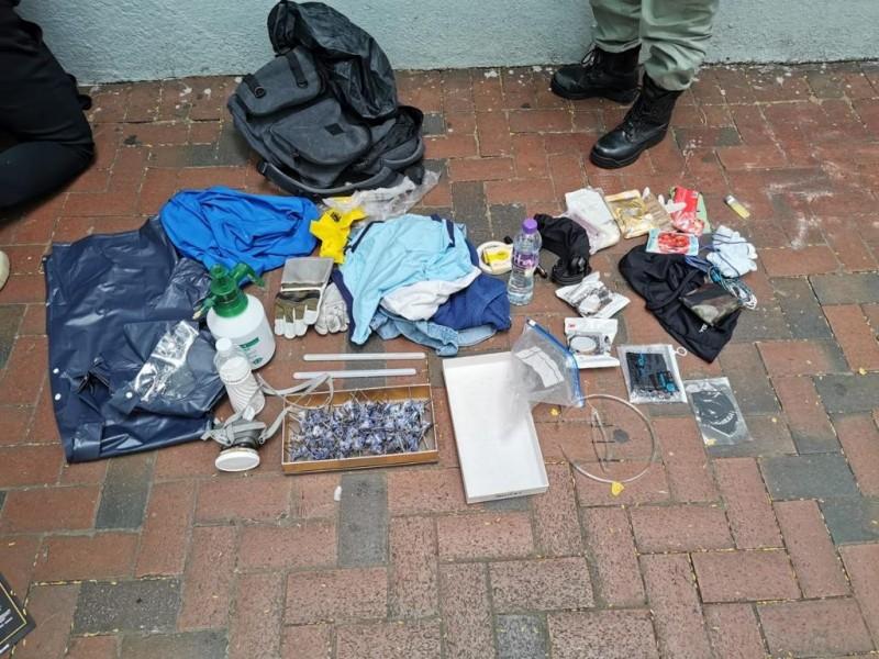 香港警方今日中午逮捕5名男子,涉嫌藏有攻擊性武器,其中年齡最小的只有13歲。(圖擷取自香港警方臉書)