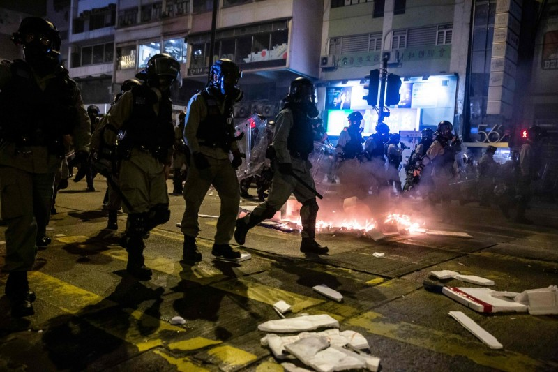 18國40國會議員、宗教領袖公開信給林鄭 關切香港警察暴力。圖為2019.12.31港警武力鎮暴香港民眾示威。(法新社)