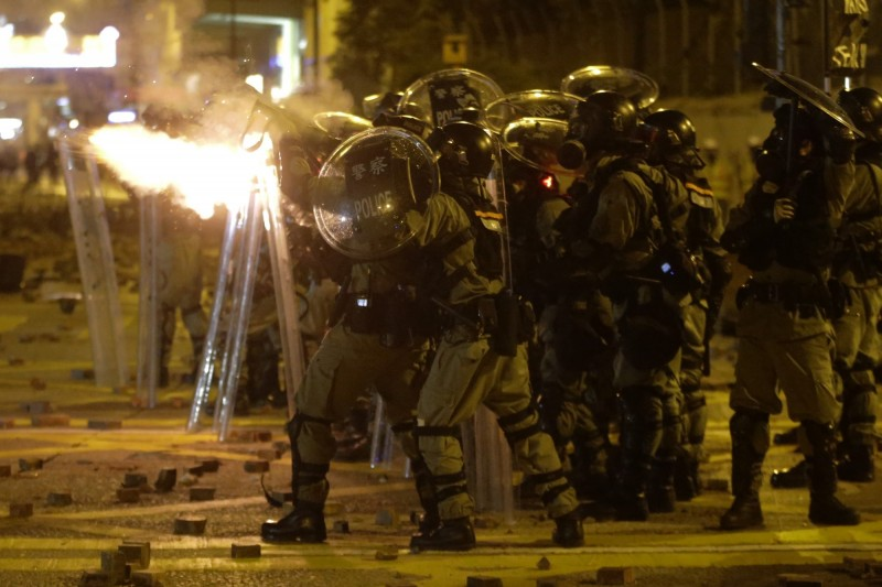 一名港警腰間的催淚彈突然自燃。圖為港警發射催淚彈。(美聯社)