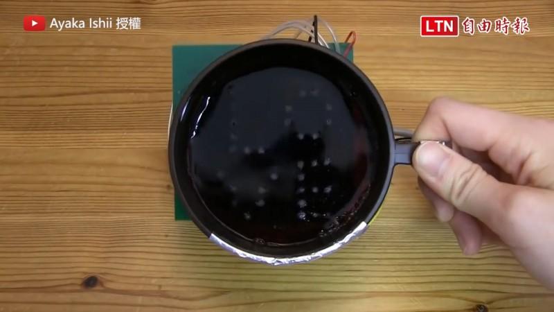 電解果凍液體的話,冷藏後的果凍還可以把氣泡訊息留下來(圖片由Youtube帳號Ayaka Ishii授權提供使用)