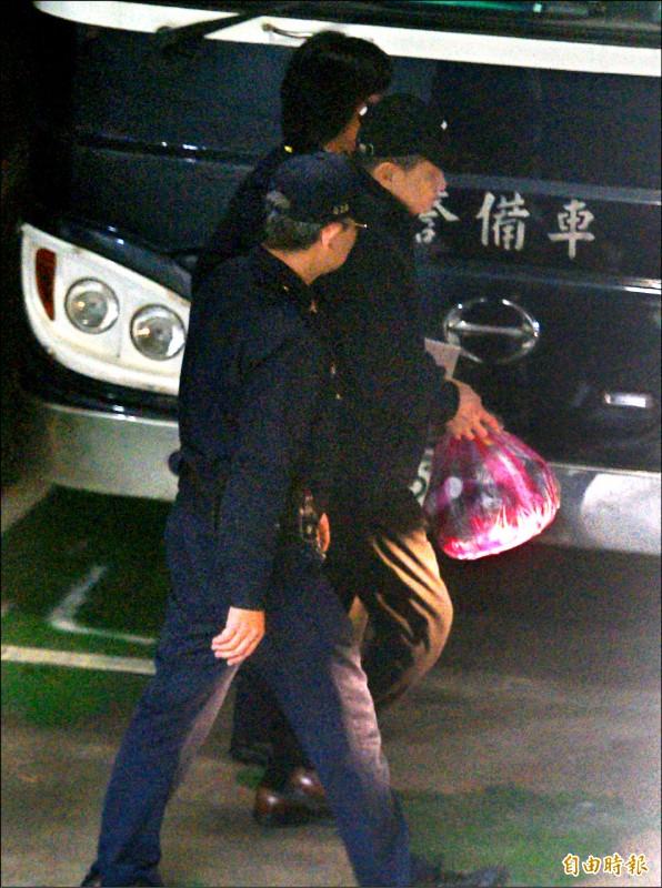 前太平洋電線電纜公司董事長孫道存(中)出獄,前往台北地方法院開庭,隨後即再被羈押禁見。(記者王藝菘攝)
