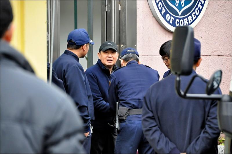 太平洋電線電纜公司前董事長孫道存出獄,直接搭上囚車 前往台北地方法院開庭。 (記者周敏鴻攝)