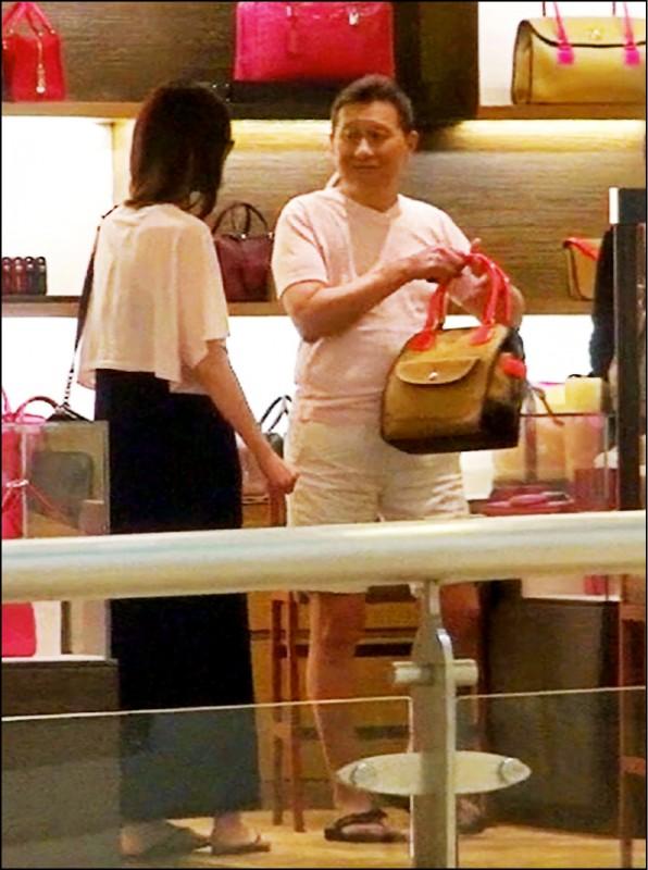 孫道存曾與嫩妻吳逸萍 現身微風廣場精品店逛街。(資料照)