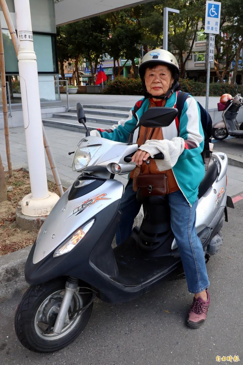 劉曾玉真獨自騎車完成二度環島。(記者黃旭磊攝)