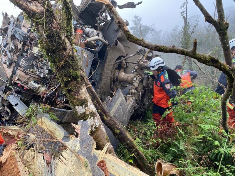國防部黑鷹直升機墜毀,人員受困消防人員急救援。(記者陳薏云翻攝)