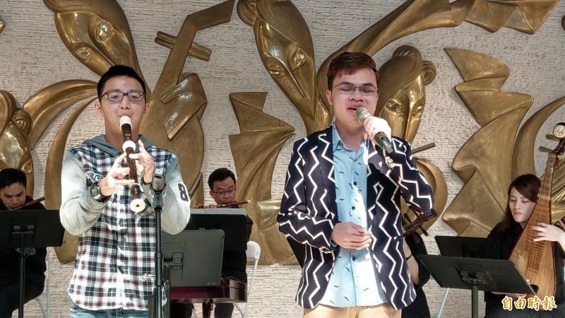 楊冠穎(左)吹笛,與陳祈信同台演出。(記者劉婉君攝)