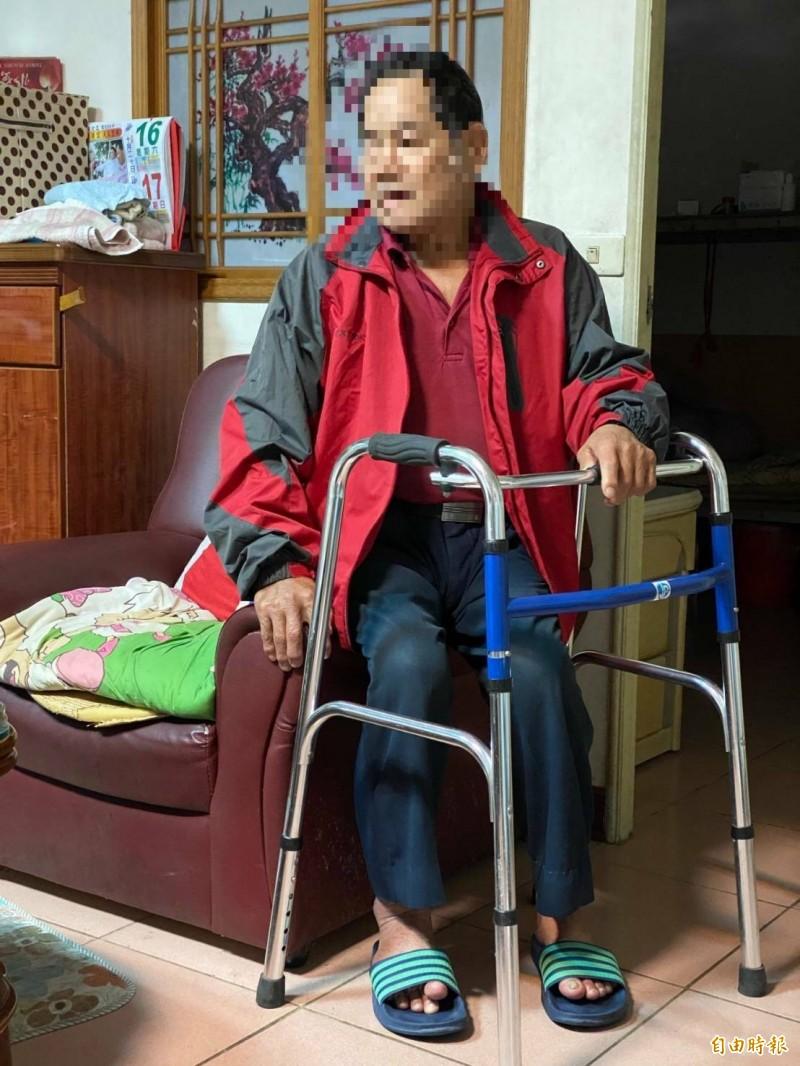 難過!66歲翁術後行動不便,靠斷臂兄送菜、小兒麻痺妹送藥。(記者蔡政珉攝)