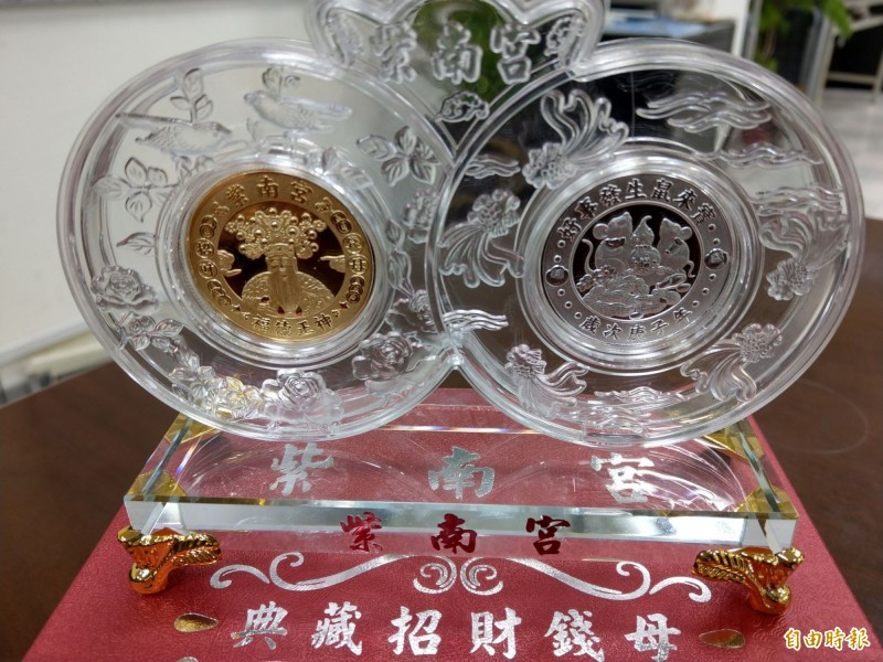 竹山鎮公所舉辦「竹山巧巧鼠竹藝燈會」,並發放紫南宮錢母,在閉幕日還將摸彩送出限量一六八組錢母套幣。(記者劉濱銓攝)