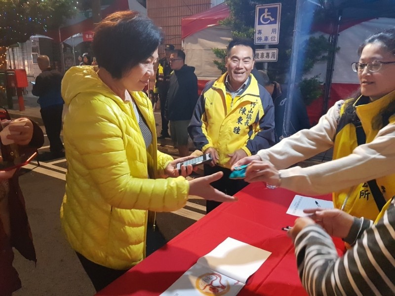 竹山鎮公所舉辦「竹山巧巧鼠竹藝燈會」,並發放紫南宮錢母銀幣,吸引民眾參加手機App積點兌獎活動。(記者劉濱銓翻攝)