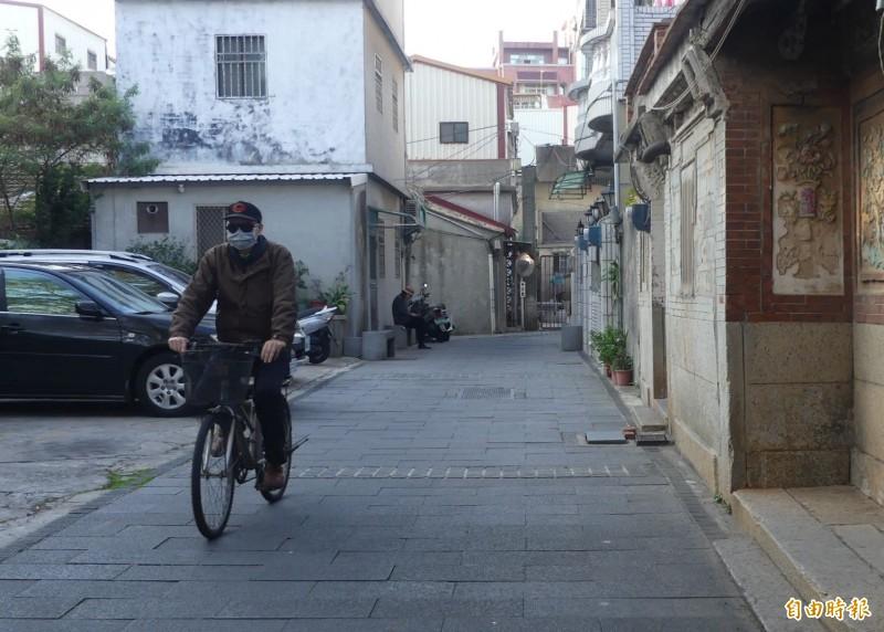 洪鴻鈞殉職消息傳回金門老家,老家前僻靜的小巷似乎飄散著悲戚的空氣。(記者吳正庭攝)