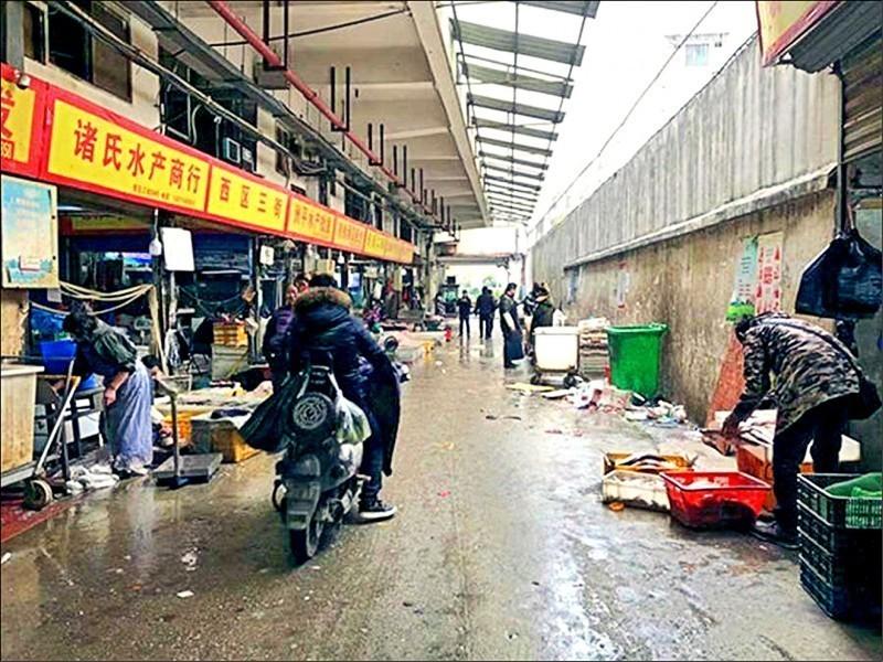中國武漢日前傳出不明原因肺炎疫情。香港屯門醫院昨日傳接收一名到過武漢的肺炎患者,目前正接受隔離治療。圖為武漢肺炎疫情擴散中心的華南海鮮城市場。(圖擷取自網路)