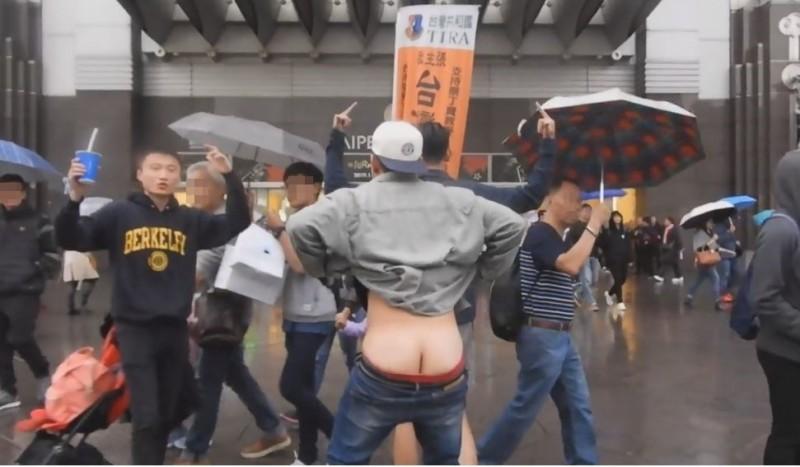 3名中國屁孩在101大樓外挑釁、辱罵台灣民眾,隨後被警方攔下並吃上妨害名譽官司。(101台獨大旗隊長郭建國提供)