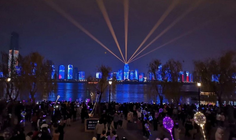 中國武漢12月起已累計爆發27例病毒性肺炎,有7人病危,但不妨礙武漢人跨年的心情。(圖取自微博)