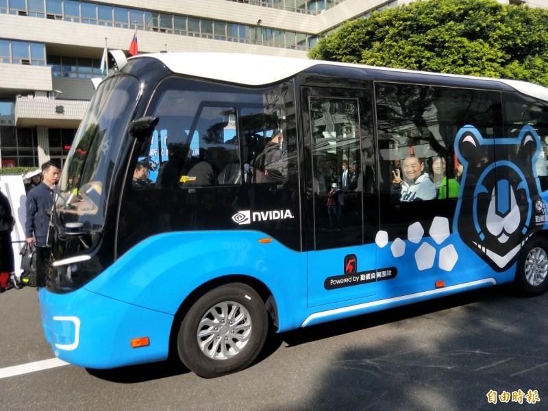 新北市長侯友宜與市議員鄭宇恩等人,試乘體驗無人駕駛電動巴士。(記者何玉華攝)