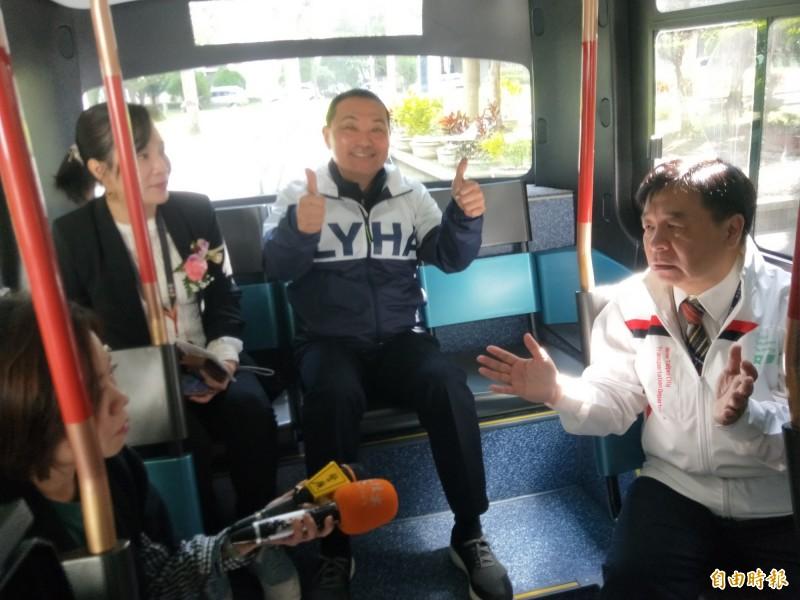 新北市長侯友宜與交通局長鍾鳴時等人,試乘體驗無人駕駛電動巴士。(記者何玉華攝)